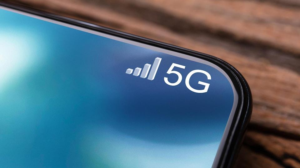Un plan large d'un téléphone cellulaire conencté à un réseau 5G.