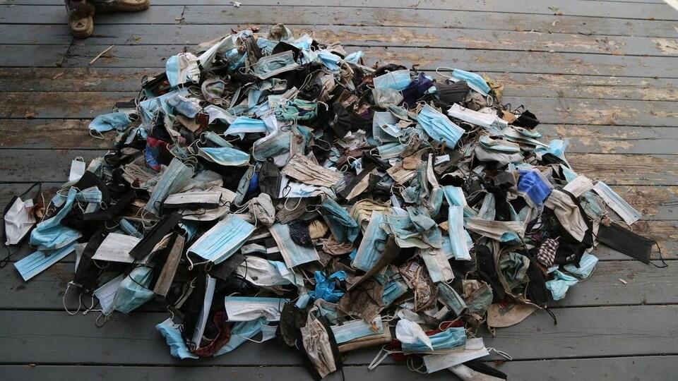 Les 600 masques ramassés par Sue Fisher.