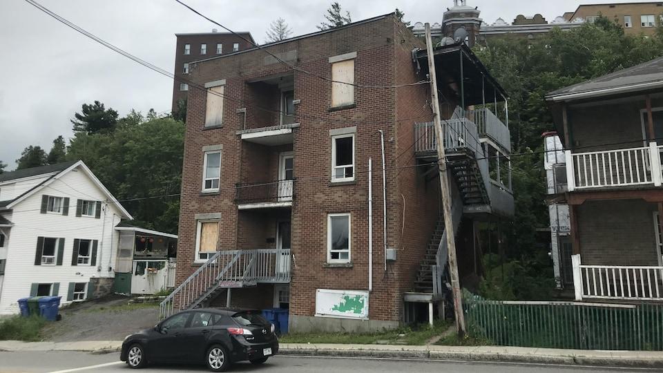 Un immeuble à logements dans un état de décrépitude avancé.