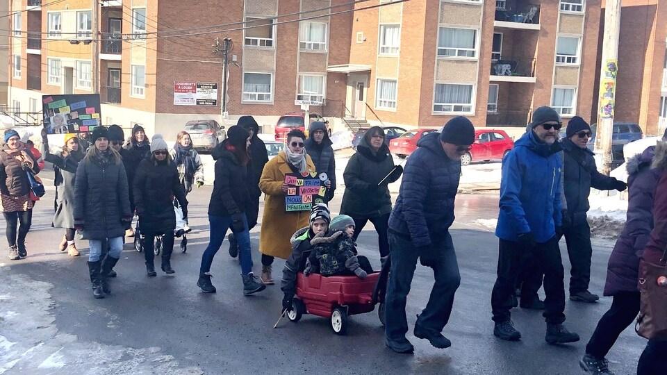 Des citoyens marchent dans la rue.
