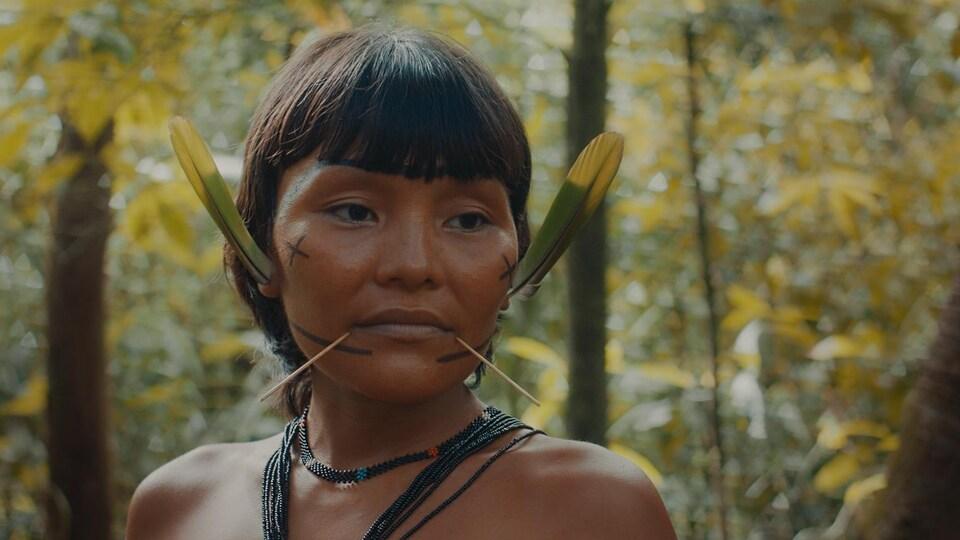 Une actrice du film dans la forêt.