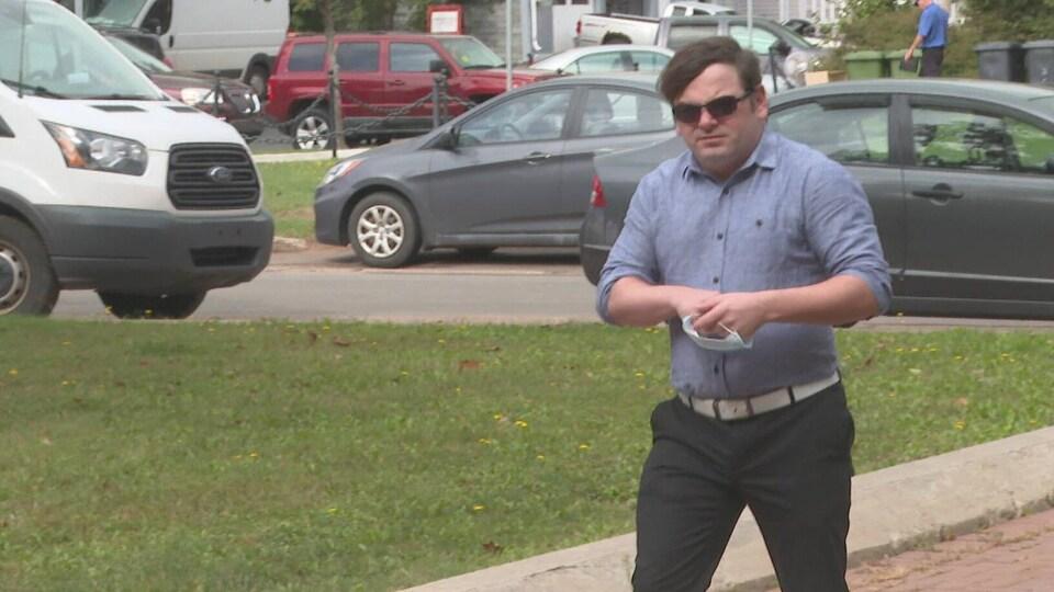 Aaron Crane marche à l'extérieur.