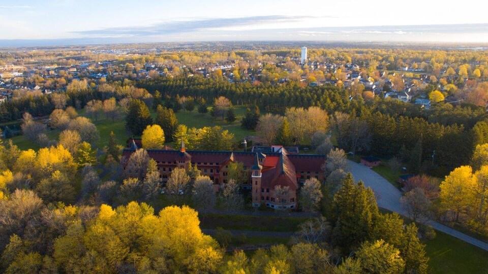 La propriété vue de haut, entourée d'arbres et de verdure.
