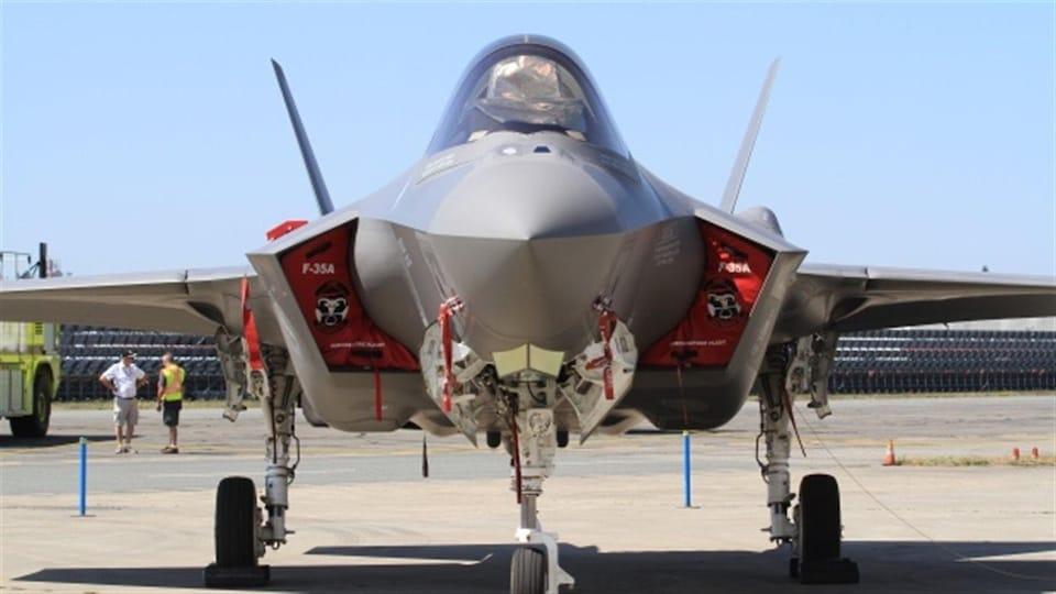 Le F-35 Lightning II vu de face.