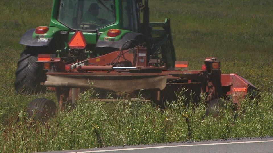 Le tracteur est près de la bordure de la route.