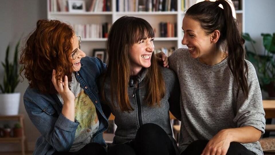 L'auteure Stéphanie Bourgault-Dallaire accompagnée de deux comédiennes qui joueront dans la série web.