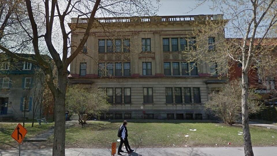 L'ancienne Académie Bourget, à droite, et médiathèque Gaëtan-Dostie, à gauche, serviraient à accueillir une école de 14 classes.
