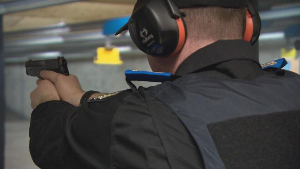 Un étudiant policier avec une arme à feu.