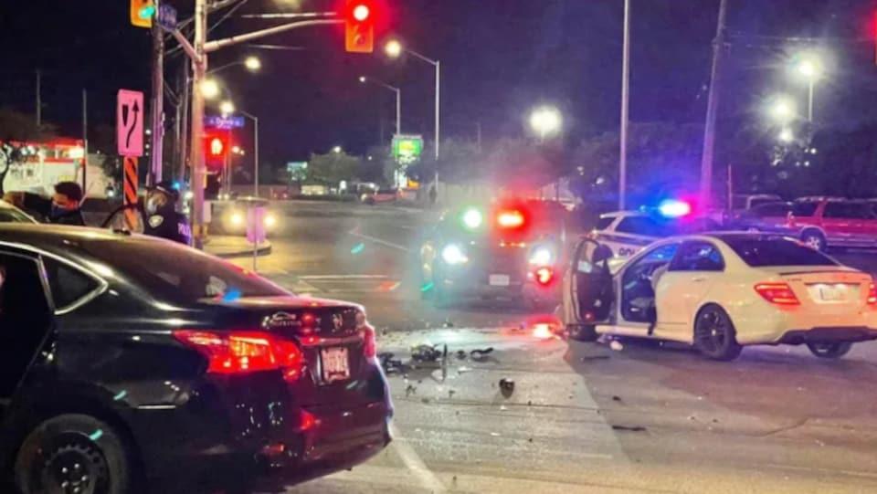 La scène de l'accident, la nuit tombée. Les deux voitures accidentées sont toujours au milieu de l'intersection.