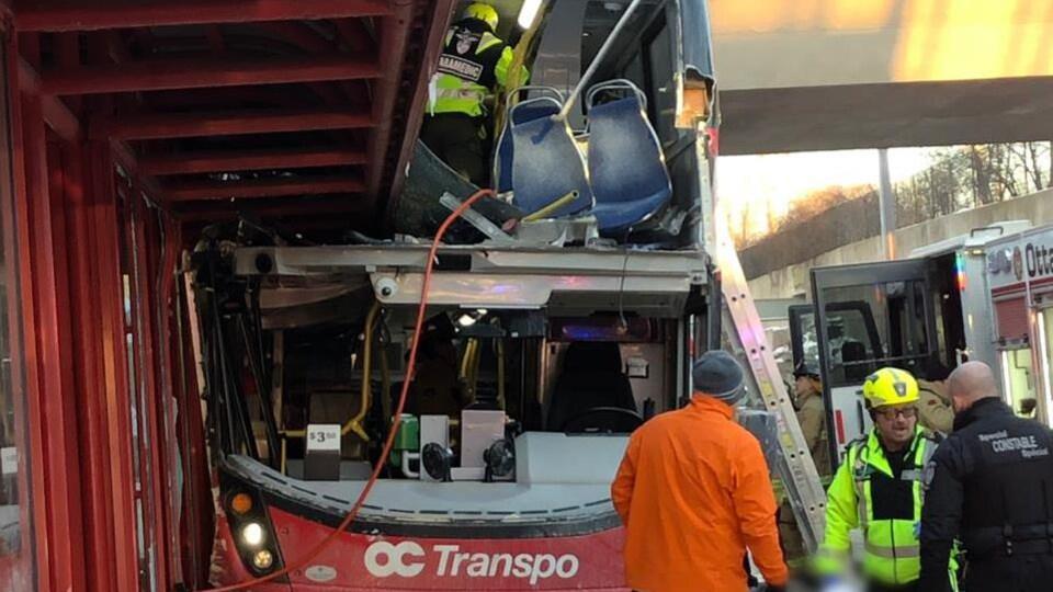 Un autobus accidenté avec des secouristes tout autour.