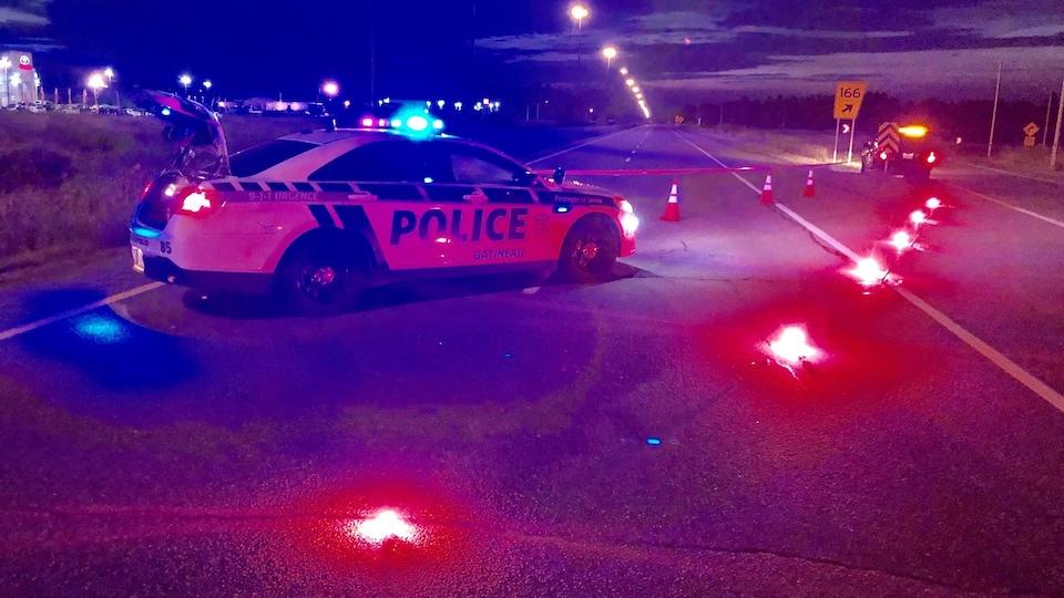 Une voiture de police de Gatineau bloque la route.