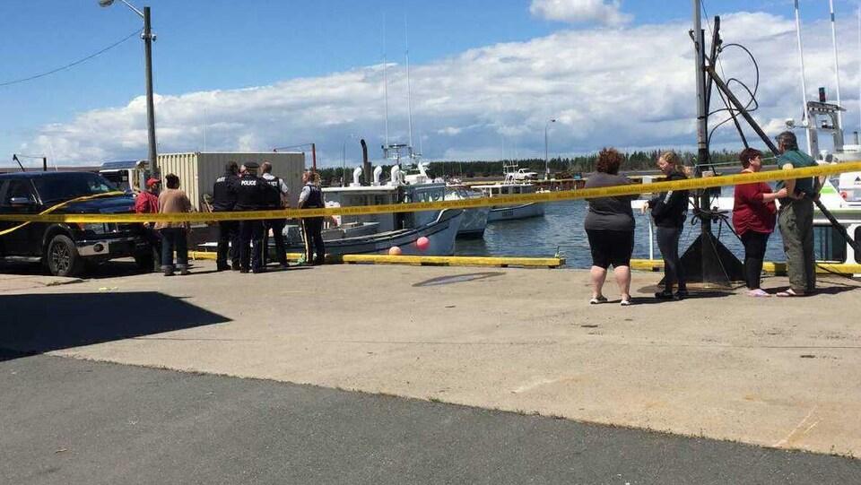 Policiers et ruban jaune de police sur le quai à Beach Point le 9 juin 2018.