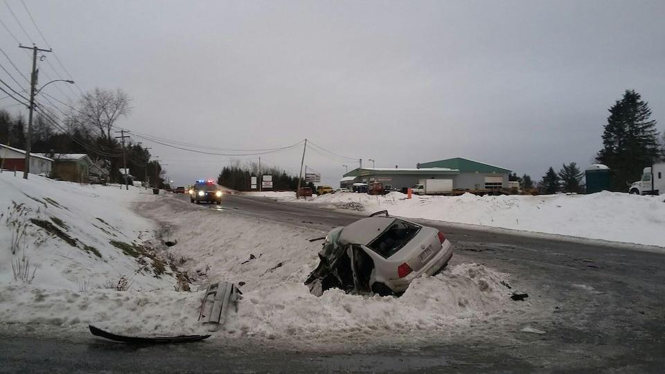 Une véhicule endommagé sur le bord d'un fossé.