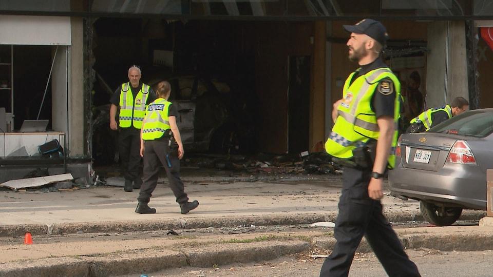 Les policiers étaient nombreux sur les lieux de la collision.