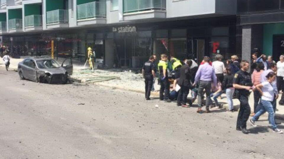 De nombreux témoins de la scène, près d'une des deux voitures accidentées.