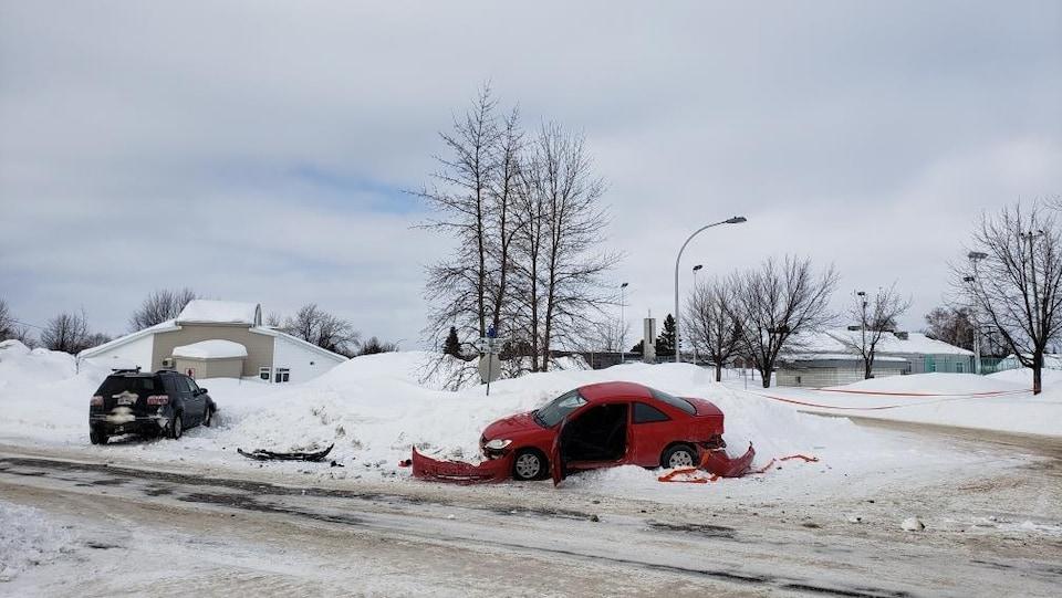 Une voiture a été lourdement abîmée après un accident avec un VUS.