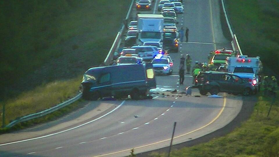 Deux des véhicules accidentés et le trafic causé par l'accident.