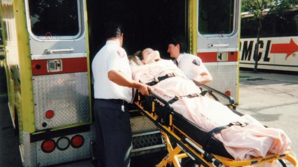 Après son accident, Soleine Démétré est transportée en ambulance.