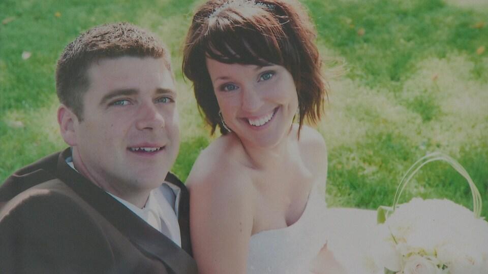 Une photo de mariage du jeune couple.