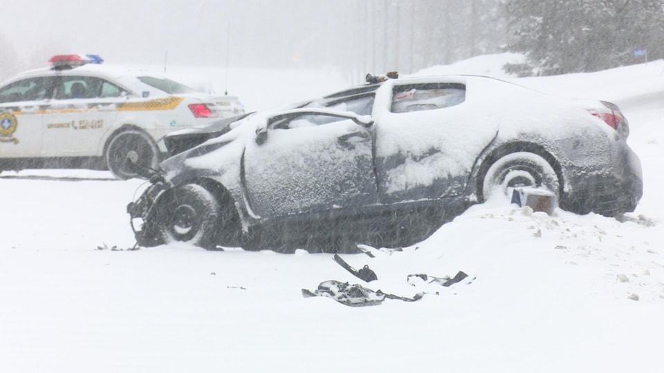 Une voiture accidentée, l'hiver.