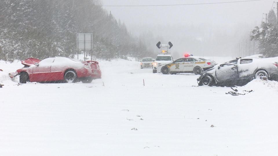 Deux voitures impliquées dans un accident, l'hiver.