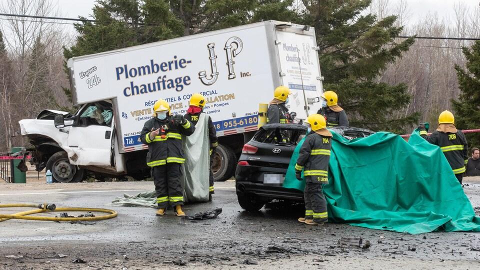 Un camion et une voiture très accidenté sur la route.