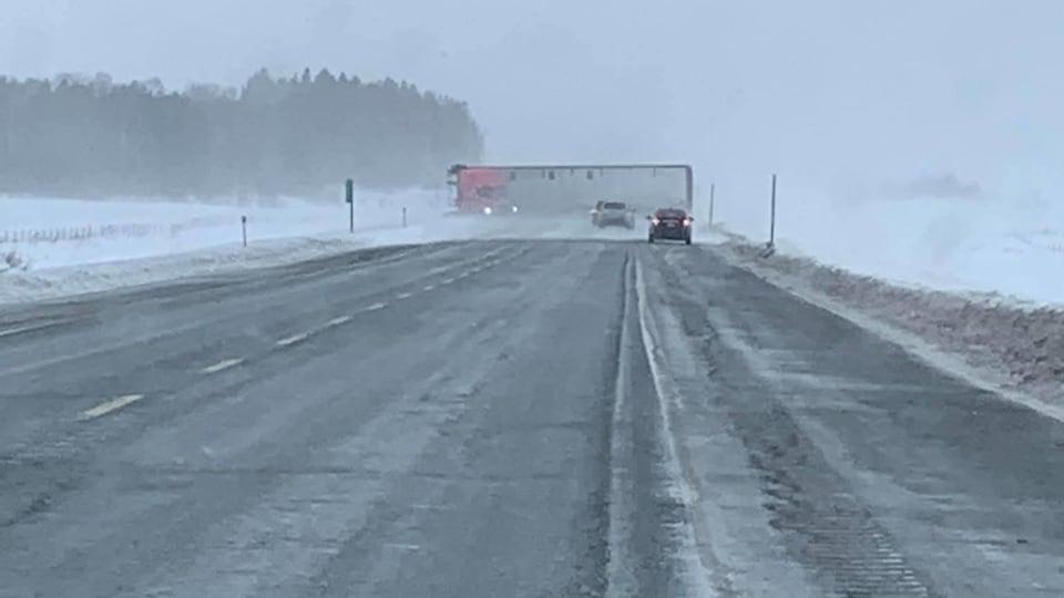 Un camion est renversé et bloque l'entièreté de la route.
