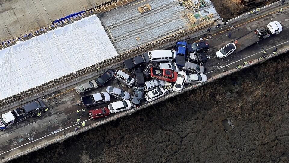 Vue aérienne du carambolage dans lequel ont été impliqués une soixantaine de véhicules aux États-Unis.