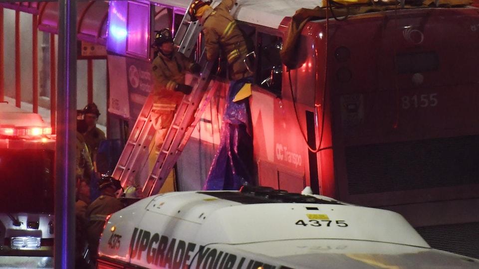 Les premiers répondants travaillent sur la scène d'un accident impliquant un autobus à deux niveaux qui a heurté un abribus à Ottawa. La presse canadienne.