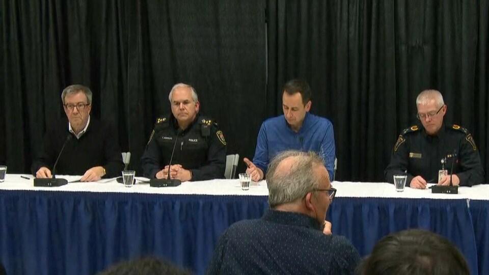 Une conférence de presse où se trouvent notamment le maire Jim Watson et Charles Bordeleau, le chef de police d'Ottawa.