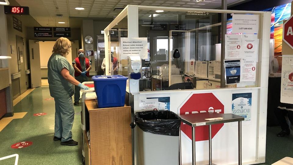 Deux personnes discuter à l'entrée de l'hôpital de Chandler.