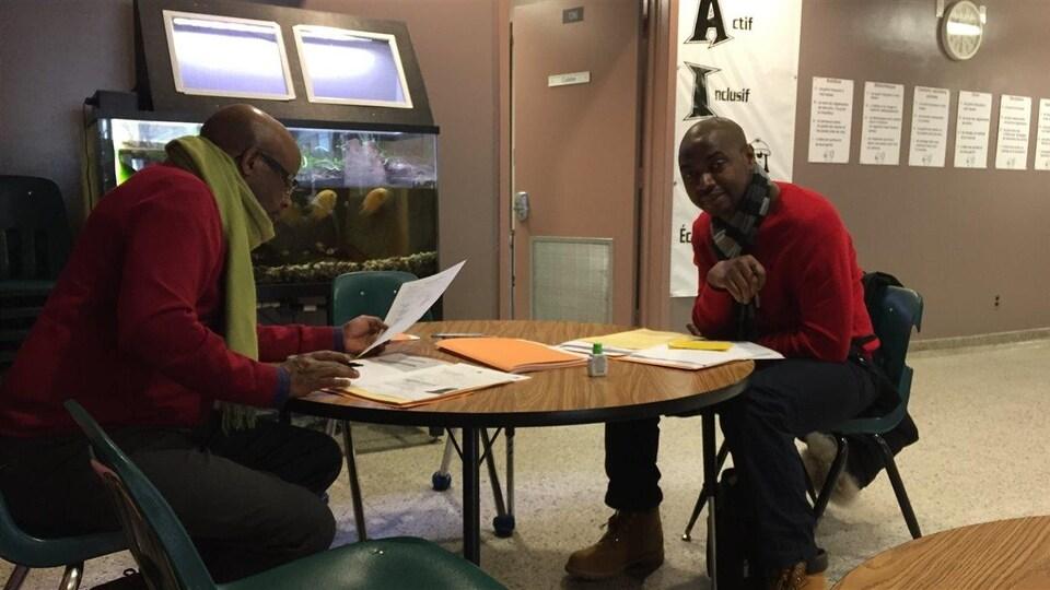 Des membres de l'équipe de l'accueil des nouveaux arrivants à l'École Précieux-Sang