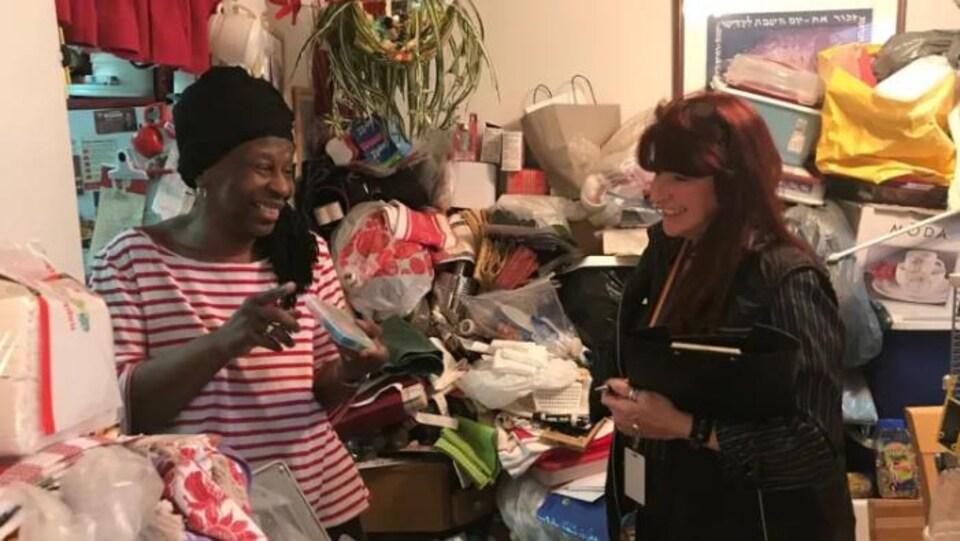 Yvonne Zilber, à gauche, s'entretient avec Trudy Huet dans son appartement de Toronto.