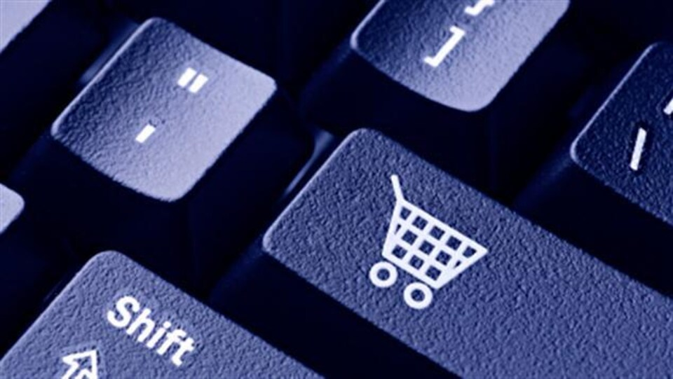 Une touche de clavier d'ordinateur avec l'image d'un panier d'épicerie.