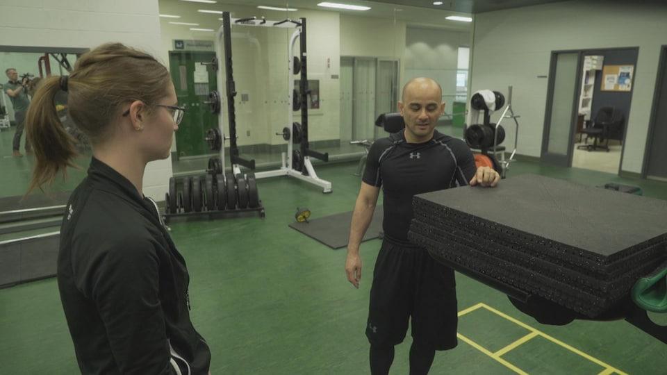 Adam Duong discute avec son son entraîneuse.