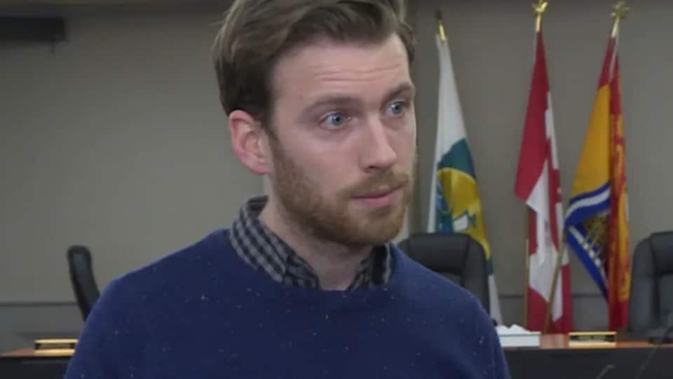 Adam Lordon, président de l'Association des Cités du Nouveau-Brunswick et maire de Miramichi, écoute attentivement une question du reporter.