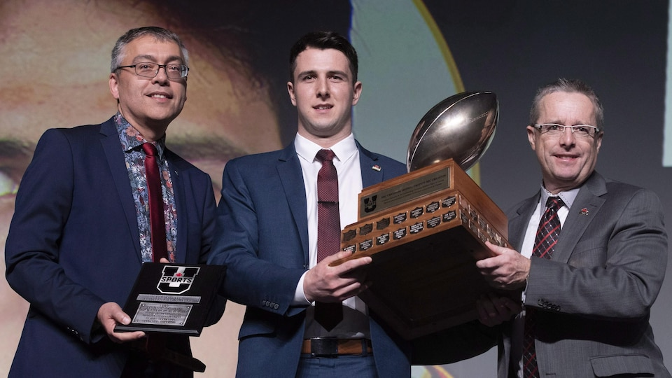 Le quart-arrière Adam Sinagra des Dinos de l'Université de Calgary a été nommé joueur par excellence de la dernière saison
