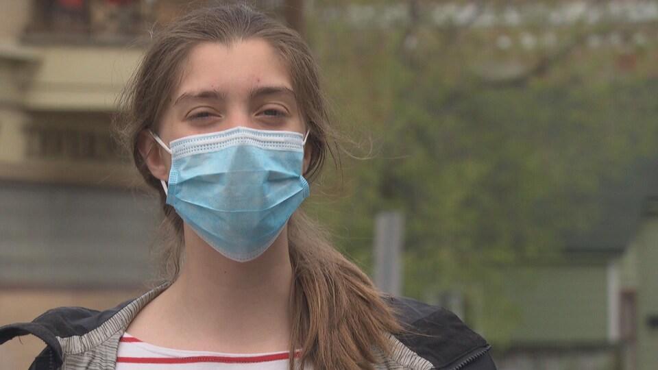 Une adolescente accorde une entrevue à la caméra.
