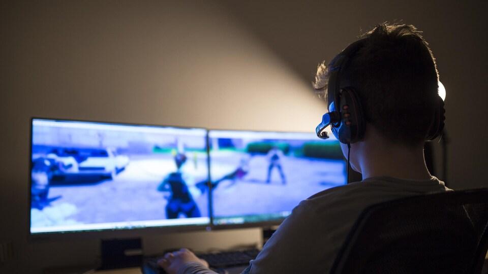 Un jeune adolescent joue à un jeu vidéo.