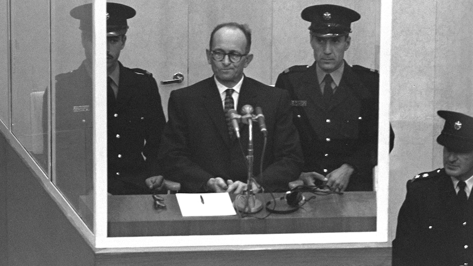M. Eichmann entouré de trois policiers.