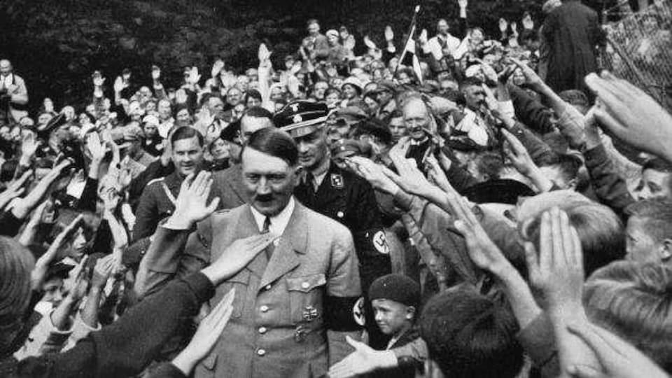 Le dictateur se retrouve dans une foule l'acclamant.