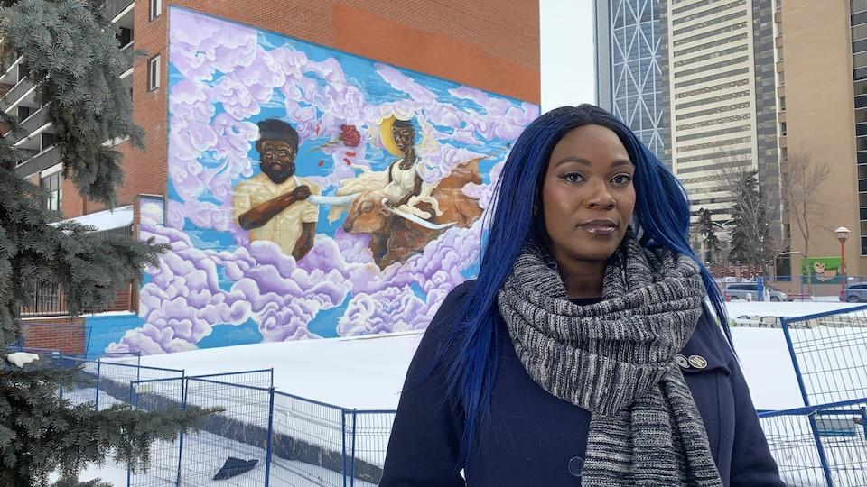 Adora Nwofor devant une murale.