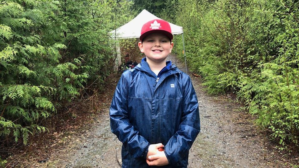 Adrian Scott sur un sentier en pleine forêt.