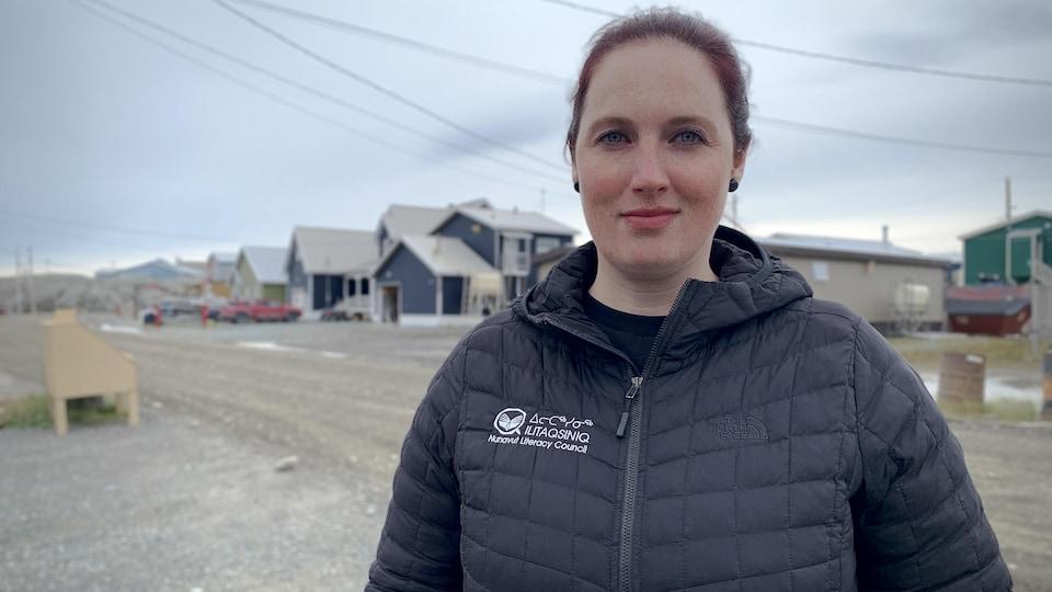 Adriana Kusugak devant une rue de Rankin Inlet.