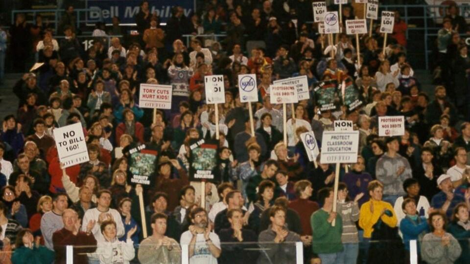 Des enseignants manifestent contre les réformes du gouvernement de Mike Harris.