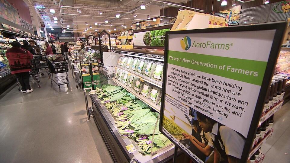 Produits d'AeroFarms dans un supermarché de Newark. On voit nombre de légumes dans un présentoir.