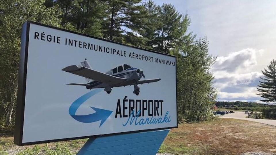 Un panneau indiquant l'aéroport de Maniwaki en Outaouais.