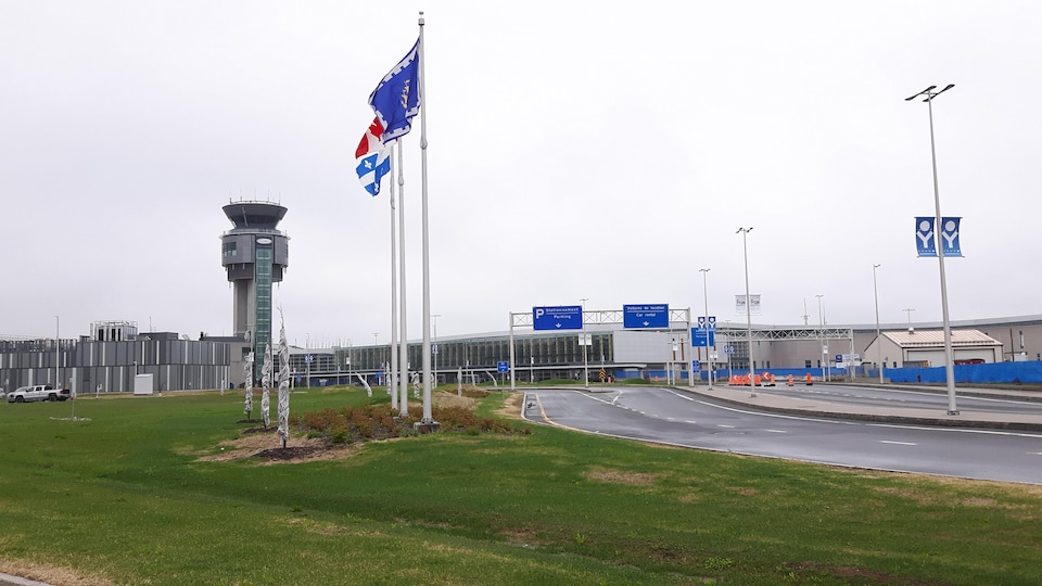 L'aéroport international Jean-Lesage vu de l'extérieur.