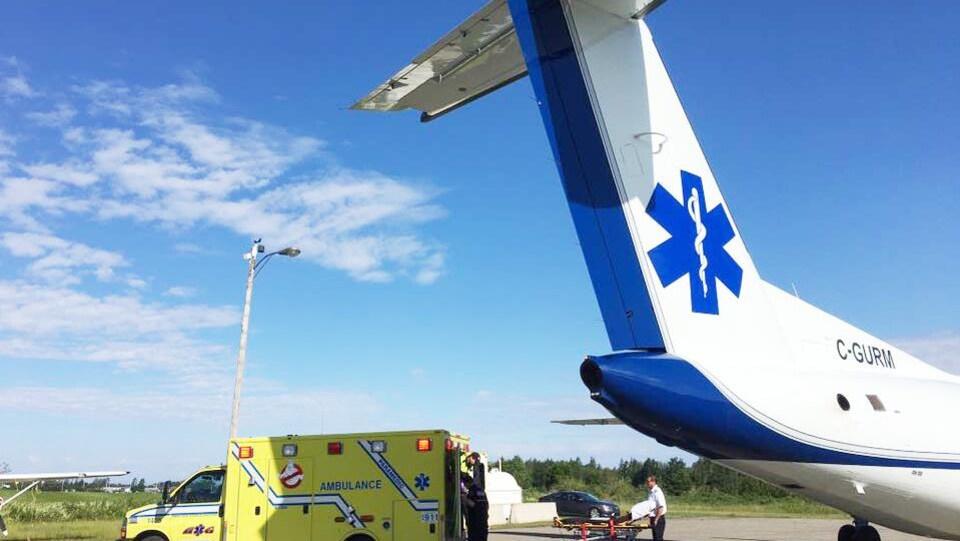 Des patients sont transférés d'une ambulance à l'avion-ambulance.