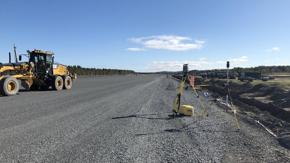 Un tracteur étend de la matière concassée sur la piste d'atterrissage de l'aéroport de Matane.
